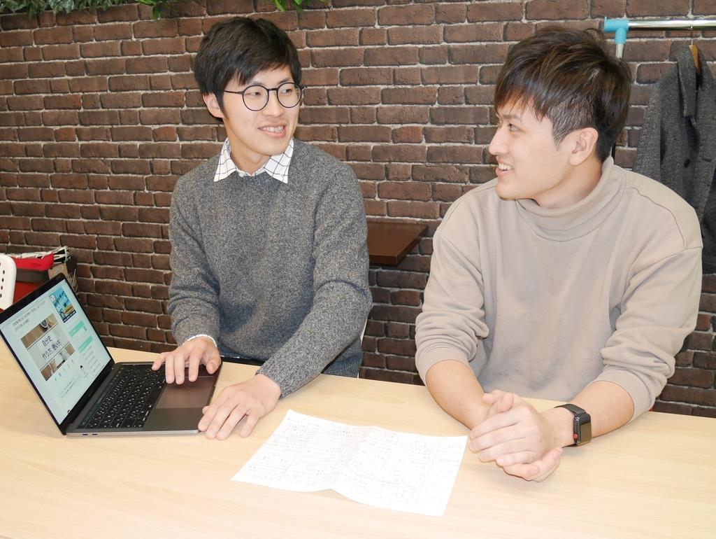 就職活動サイトで自分史の重要性を説く岡本恵典さん(左)とスタッフの学生=大阪市北区
