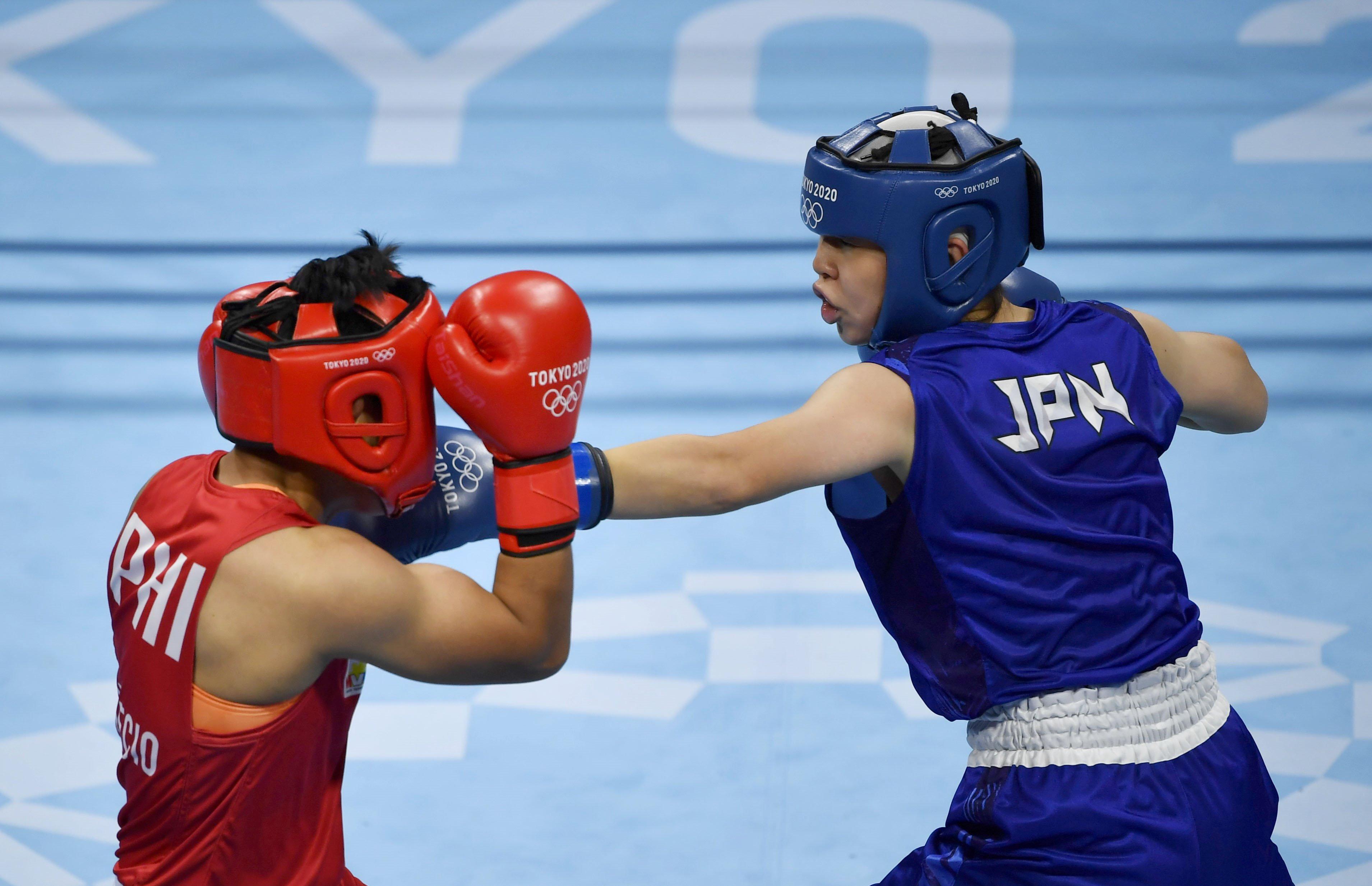 女子フェザー級決勝 1回、フィリピン選手(左)を攻める入江聖奈=両国国技館