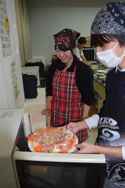 新生活応援料理教室に参加した学生ら=和歌山県紀の川市