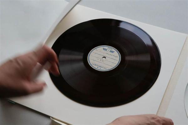 玉音放送の原盤と同じ缶から見つかった「食糧問題に関するお言葉」の録音盤=7月24日、皇居・宮内庁庁舎