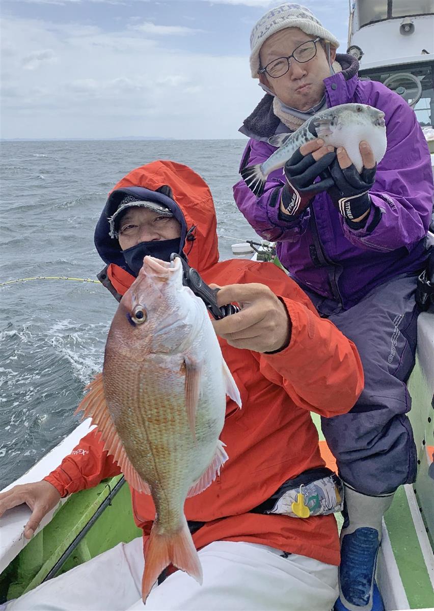 大魔神(左)は最大1・4キロで4尾と圧勝。トラフグを釣った松本アナ、頬を膨らませても負けは負けです=東京湾・久里浜沖