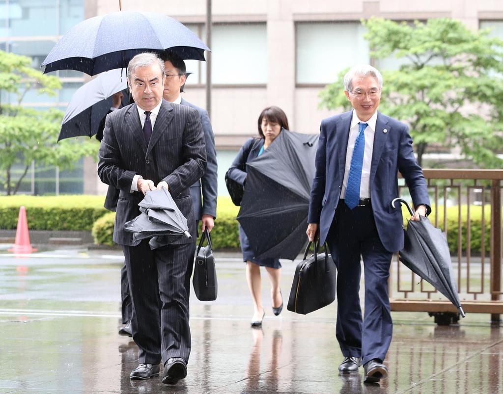 公判前整理手続きのため、東京地裁に入るカルロス・ゴーン被告。右は弘中惇一郎弁護士=令和元年6月24日午前、東京都千代田区(萩原悠久人撮影)