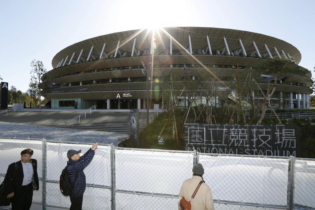 完成した新国立競技場。2020年東京五輪・パラリンピックのメインスタジアムとなる=30日午後0時6分、東京都新宿区