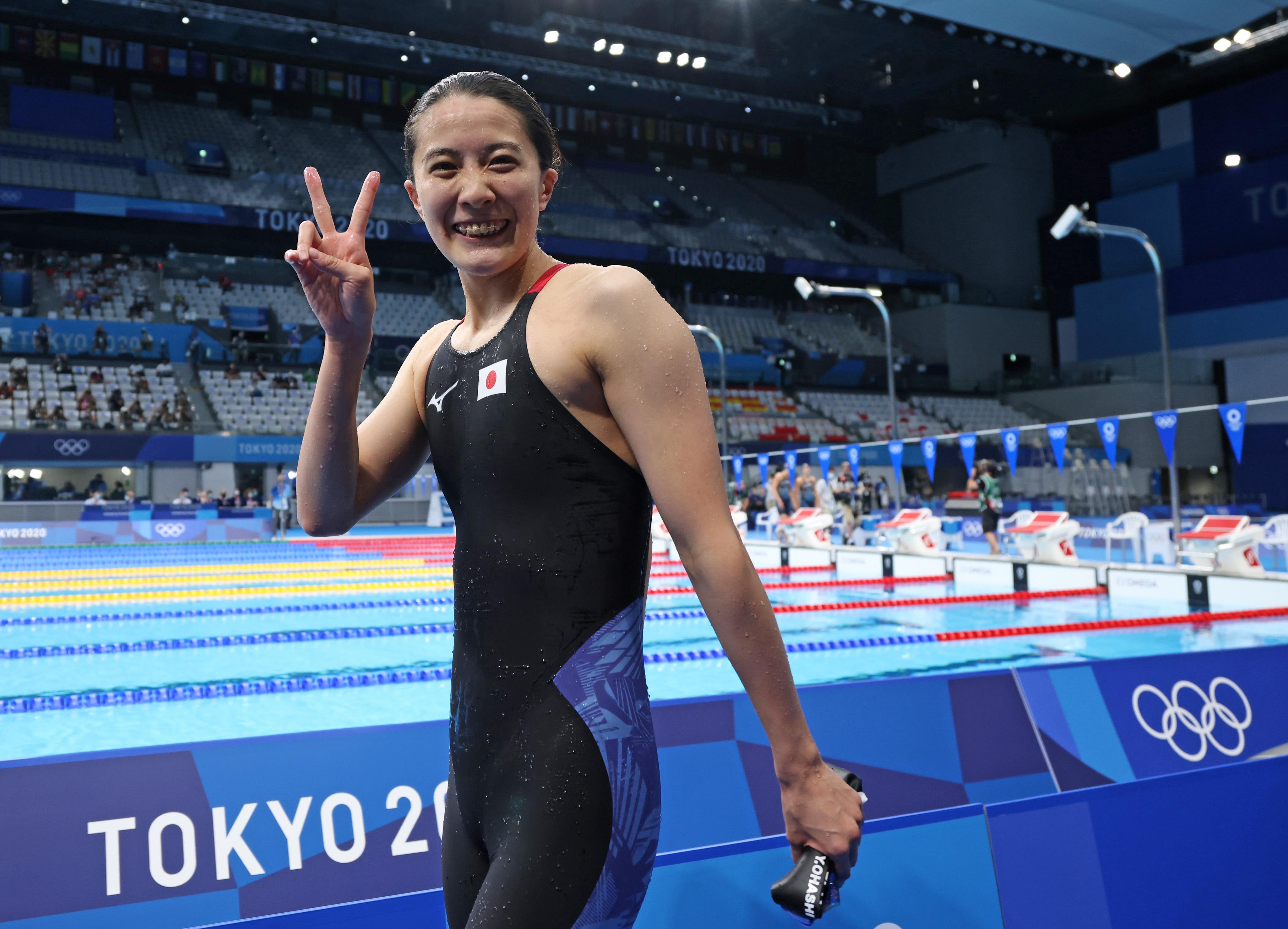 【東京五輪2020 競泳】女子200メートル個人メドレー決勝 優勝し笑顔の大橋悠依=28日、東京アクアティクスセンター(恵守乾撮影)