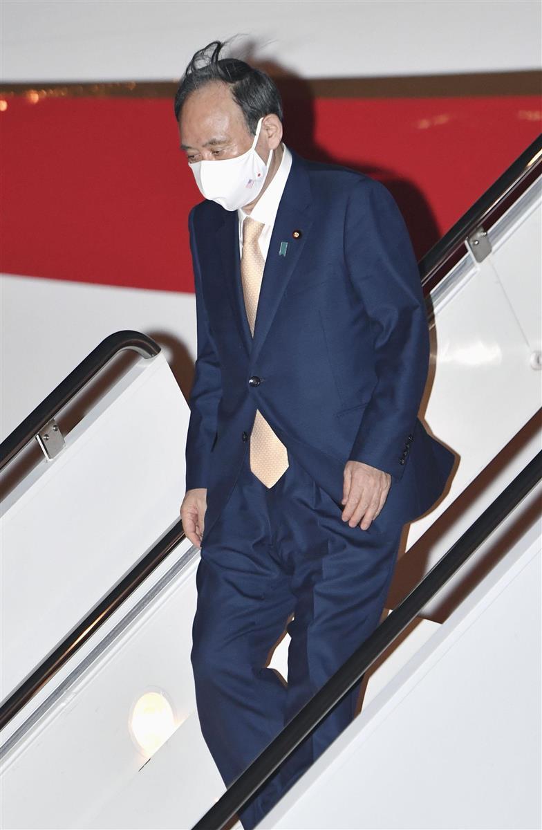 15日、米ワシントン郊外のアンドルーズ空軍基地に到着した菅首相(共同)