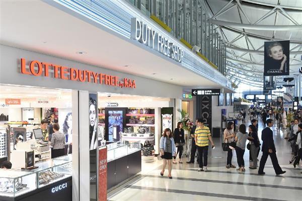 関西国際空港の第1ターミナルビルのロッテ免税店。韓国の業界最大手もTHAAD禍で赤字を記録したという