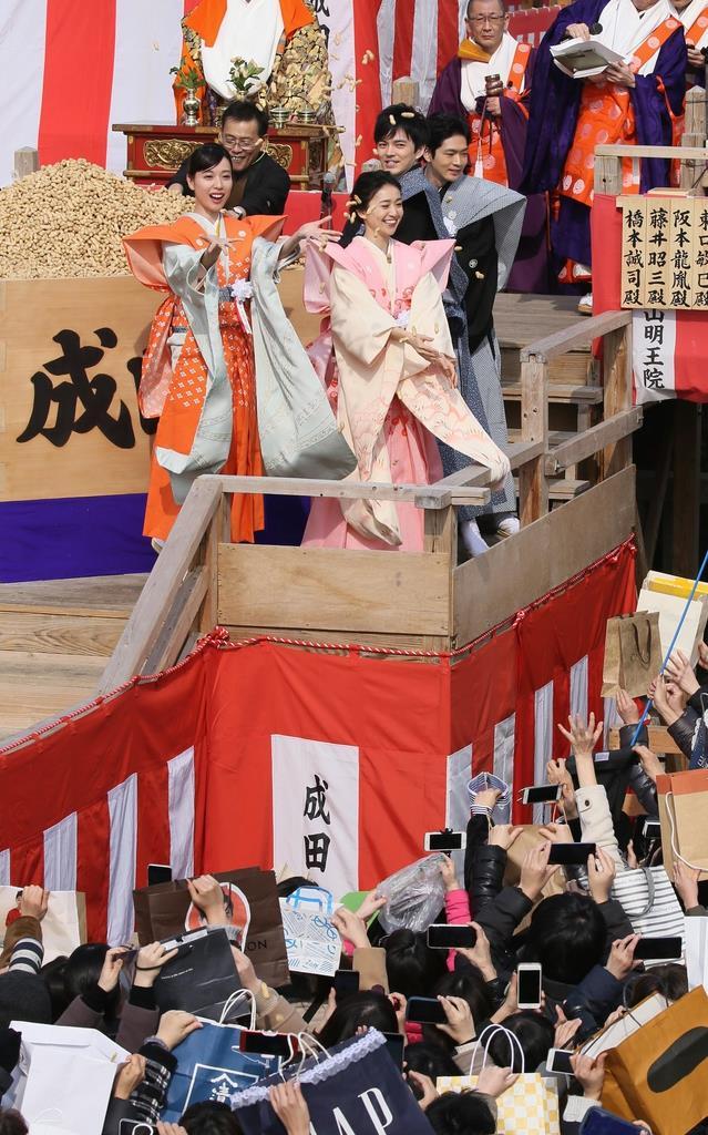 女優の戸田恵梨香さん(左)や大島優子さんらが豆をまくと、歓声が上がった=3日、大阪府寝屋川市(前川純一郎撮影)