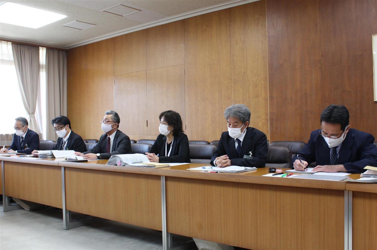調査報告書公表を受け、記者会見する宝塚市教育委員会の幹部ら=兵庫県宝塚市