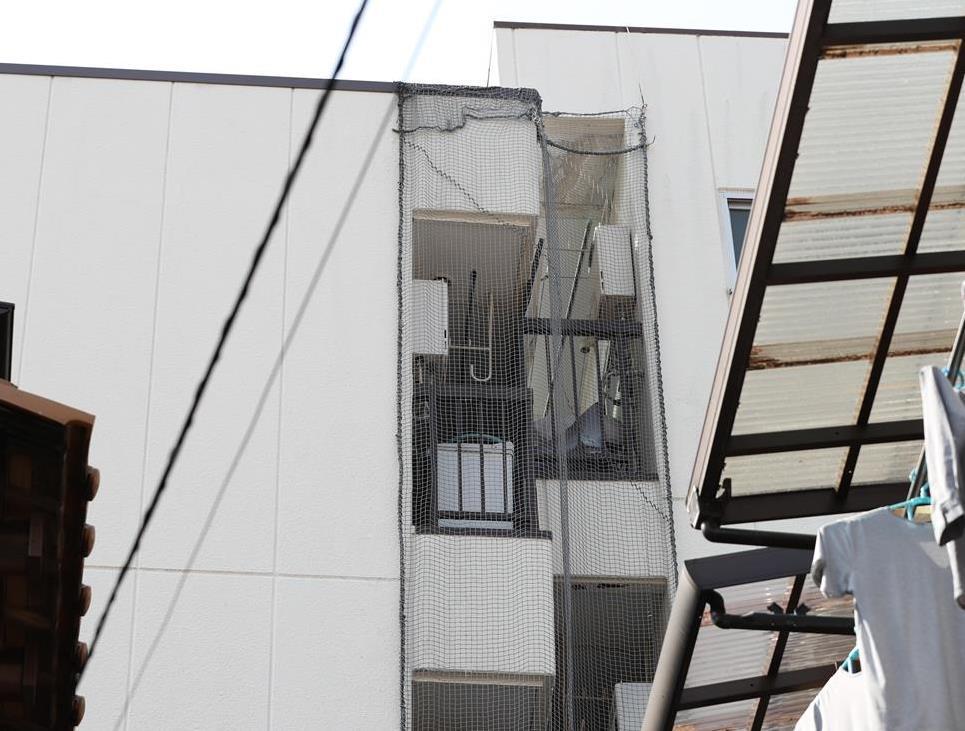 「ハの字」型に傾き、接触している2棟のマンション(右が北側)=大阪市城東区(鳥越瑞絵撮影)
