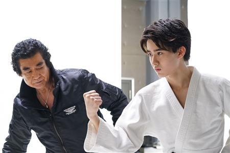一緒にバラエティーに出演したことはあるが、動画で初共演を果たした藤岡(左)と長男の真威人。りりしい雰囲気はまさにDNAだ