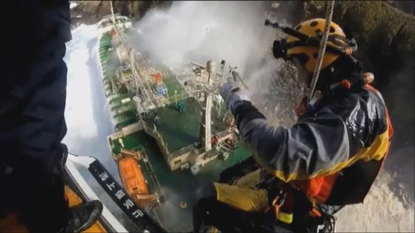 海上保安庁が業務紹介の動画を制作し公開した。ヘリから救助活動を行う海上保安官(海上保安庁提供動画から)