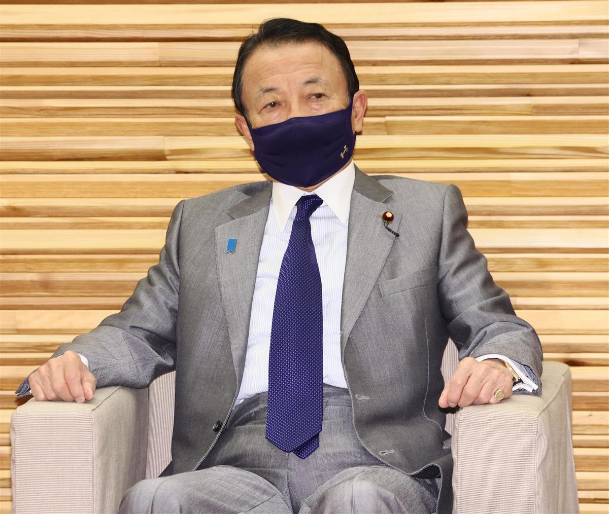 閣議に臨む麻生太郎副総理兼財務相=2日午前、首相官邸(春名中撮影)