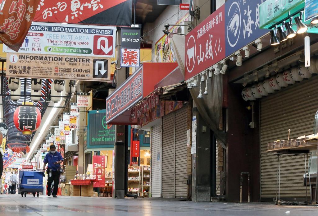 新型コロナウイルスの影響で休業や閉店が目立つ黒門市場=6月30日、大阪市中央区(前川純一郎撮影)