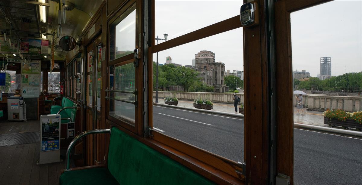 「被爆電車」の車内から原爆ドームを望む。今も変わることなく、被爆の惨禍を伝える=広島市中区