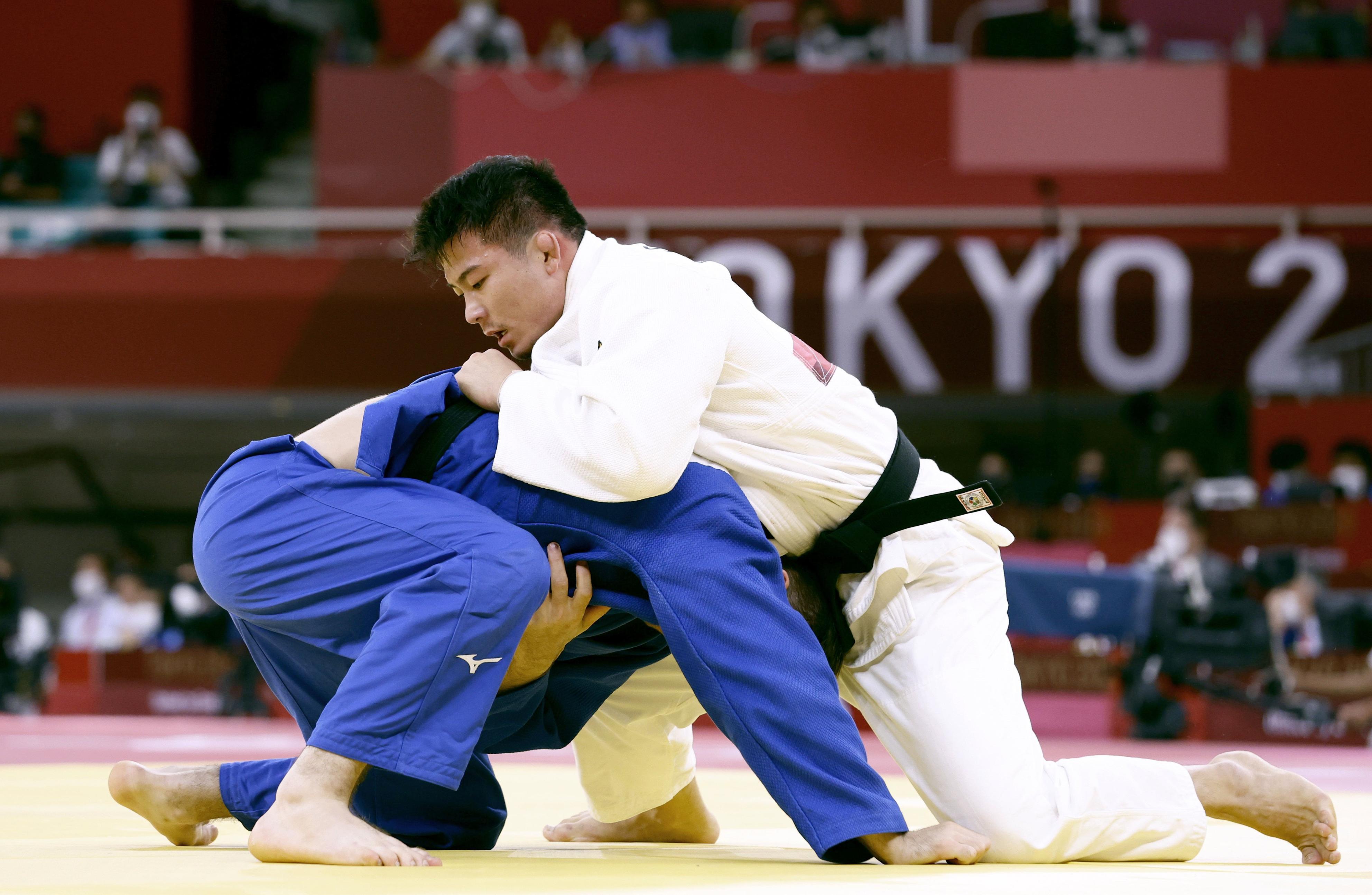 混合団体準々決勝男子90キロ級 ドイツ選手(下)を攻める向翔一郎=日本武道館