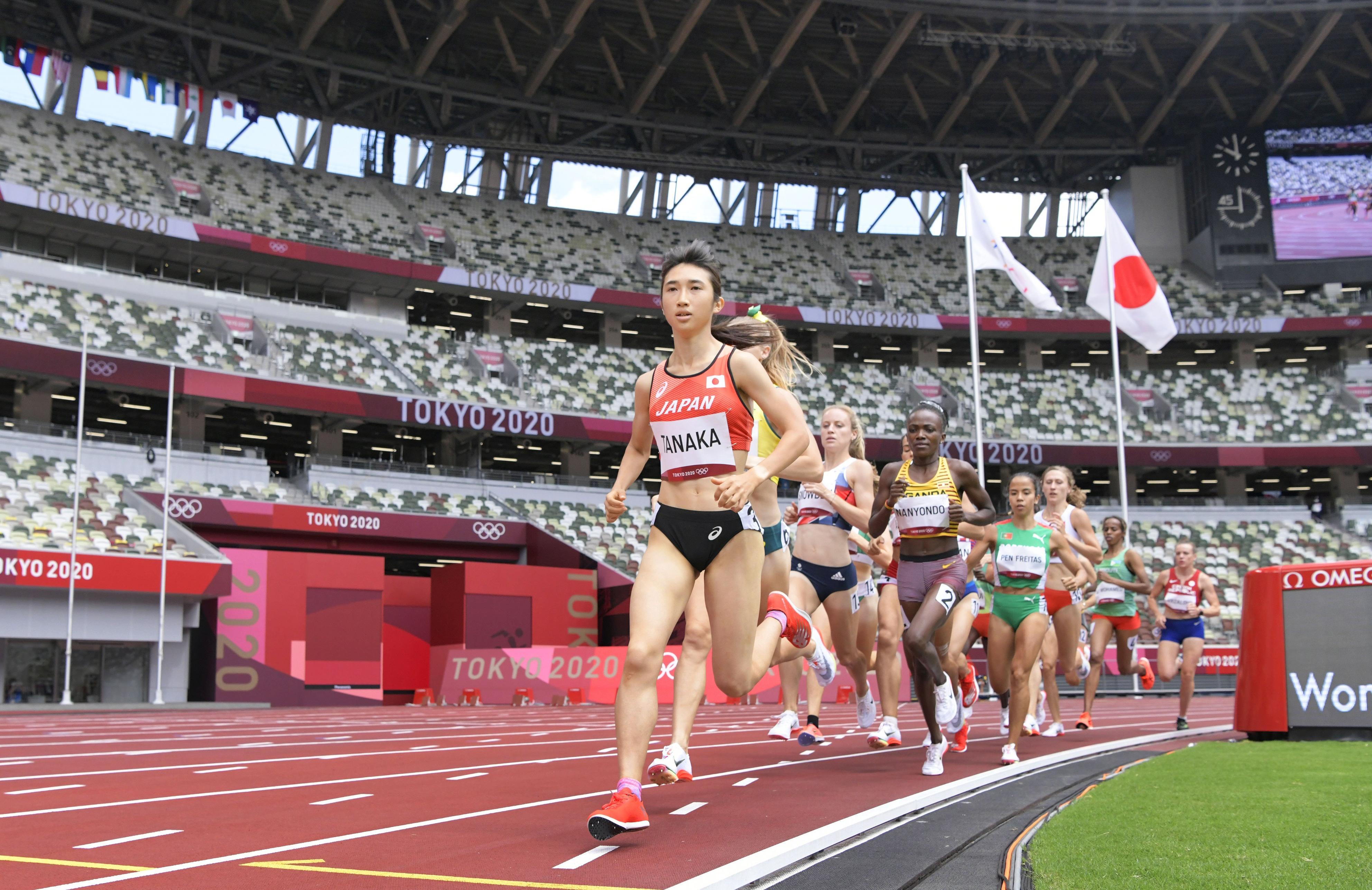 女子1500メートル予選 4分2秒33の日本新記録をマークし、準決勝進出を決めた田中希実(手前)=国立競技場