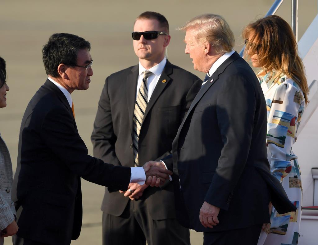 羽田空港に到着し、出迎えた河野太郎外相(左)と握手を交わすトランプ米大統領=25日午後、羽田空港(川口良介撮影)