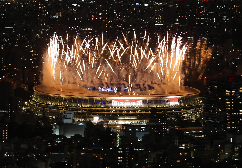 【東京五輪2020】 東京五輪の開会式が行われ、国立競技場では花火が上がった =23日午後、東京都渋谷区の渋谷スカイ(福島範和撮影)