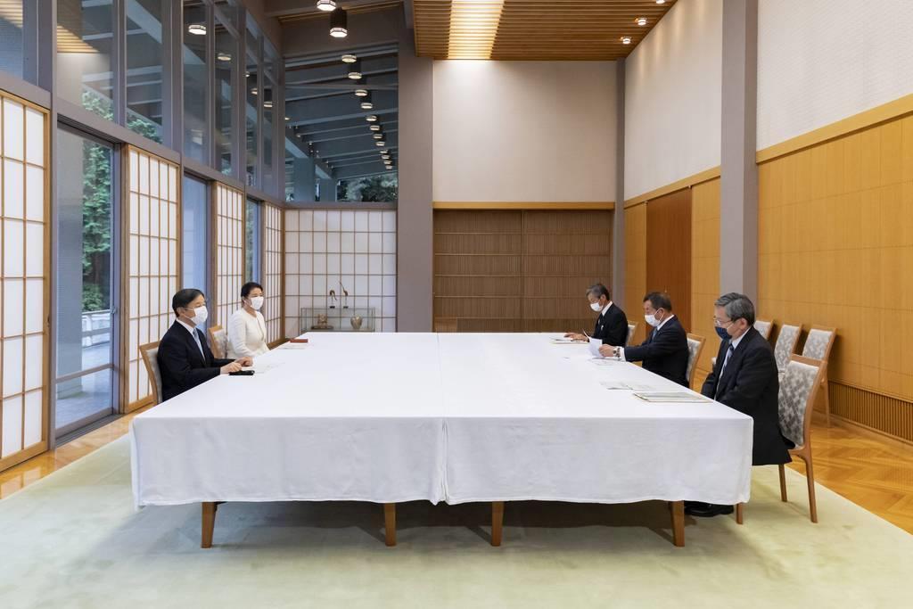 障害者施設関係者から説明を受けられる天皇、皇后両陛下=令和2年7月3日午後、赤坂御所(宮内庁提供)