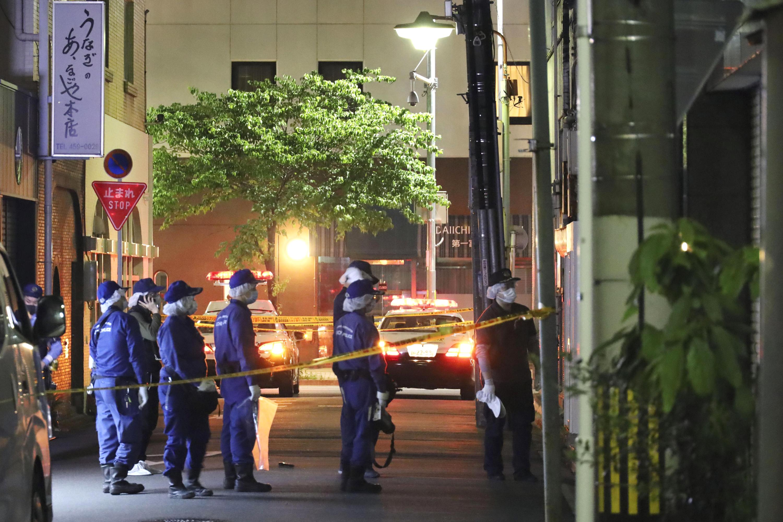 男性3人が襲われた現場付近を検証する愛知県警の捜査員ら=10日午前3時7分、名古屋市中村区