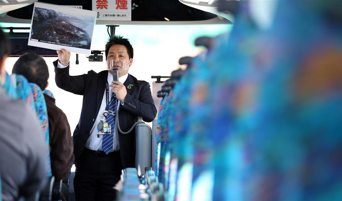 「語り部バス」で語り部を行う南三陸ホテル観洋の伊藤俊さん=2月9日、宮城県南三陸町(納冨康撮影)