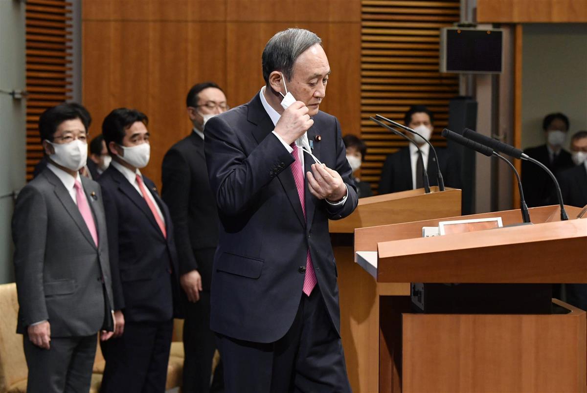 マスクを外し記者会見に臨む菅首相=25日午後6時、首相官邸