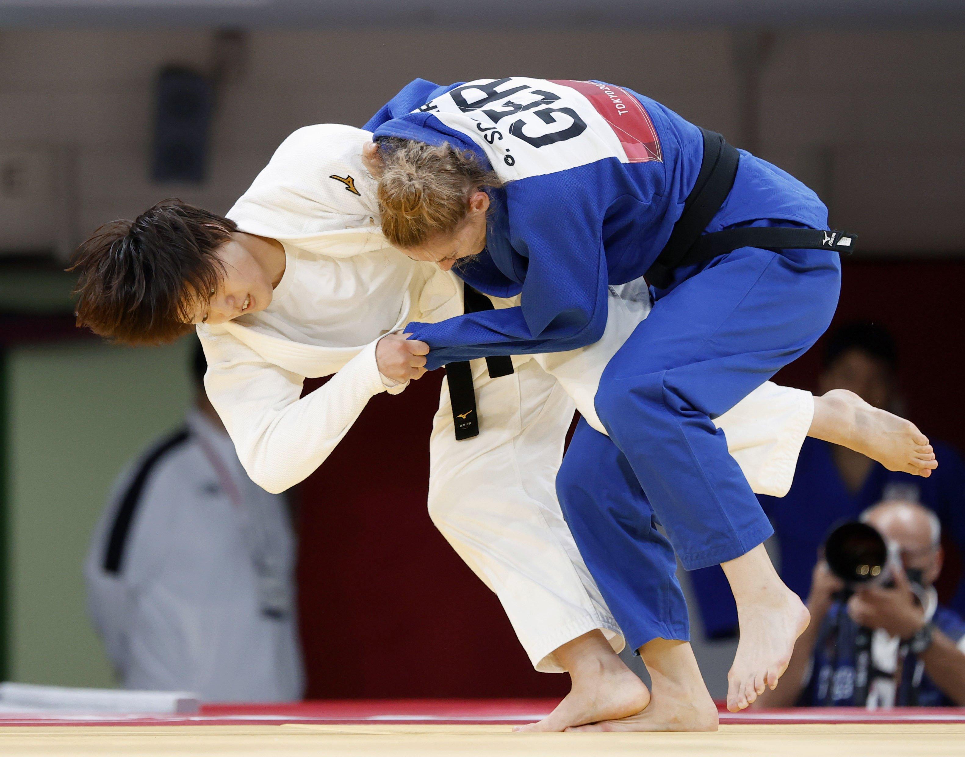 女子70キロ級準々決勝 ドイツ選手(右)を攻める新井千鶴=日本武道館