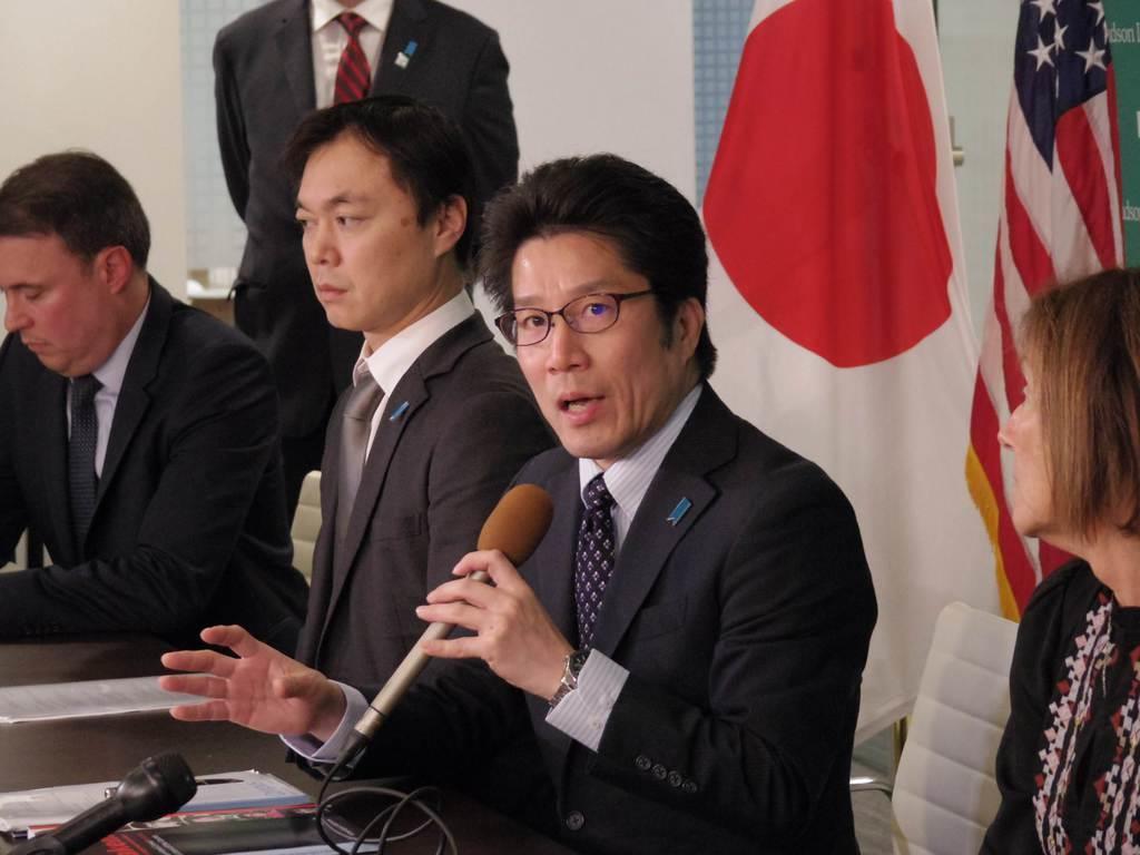 3日、ワシントン市内の政策研究機関で講演後、記者会見する横田拓也さん(右から2人目)ら(黒瀬悦成撮影)