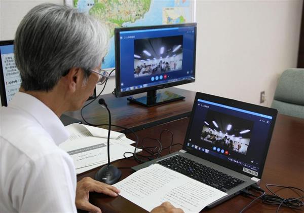 テレワークの一環でウェブ会議用の機材を使い、会議を行う総務省千葉行政相談センターの担当者=千葉市(永田岳彦撮影)