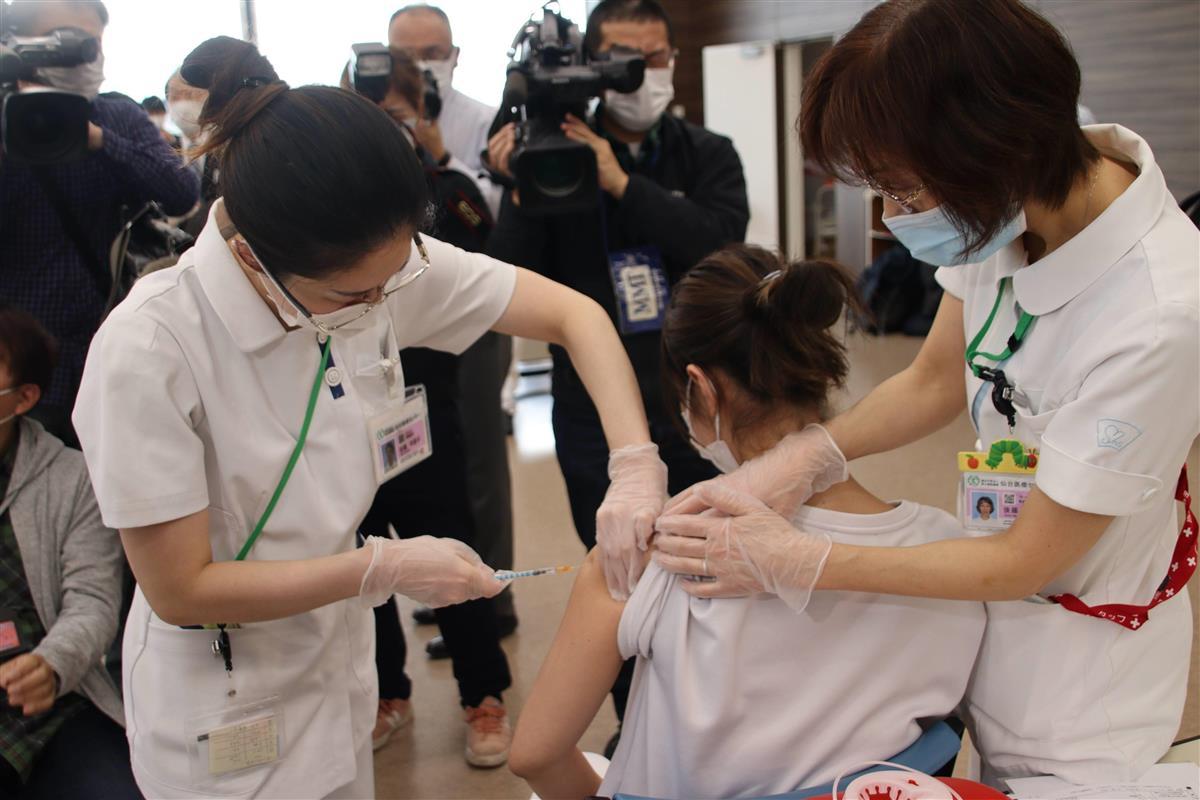 新型コロナウイルスのワクチンの先行接種を受ける仙台医療センターの職員(中央)=19日、仙台市宮城野区(塔野岡剛撮影)