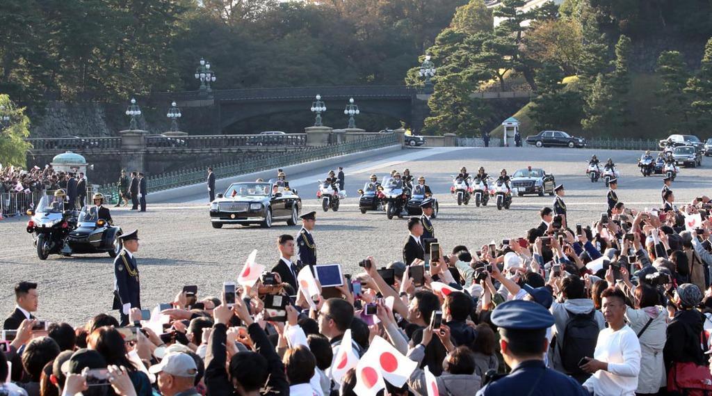 皇居前広場を通過する祝賀パレードの車列=10日午後、東京都千代田区(佐藤徳昭撮影)