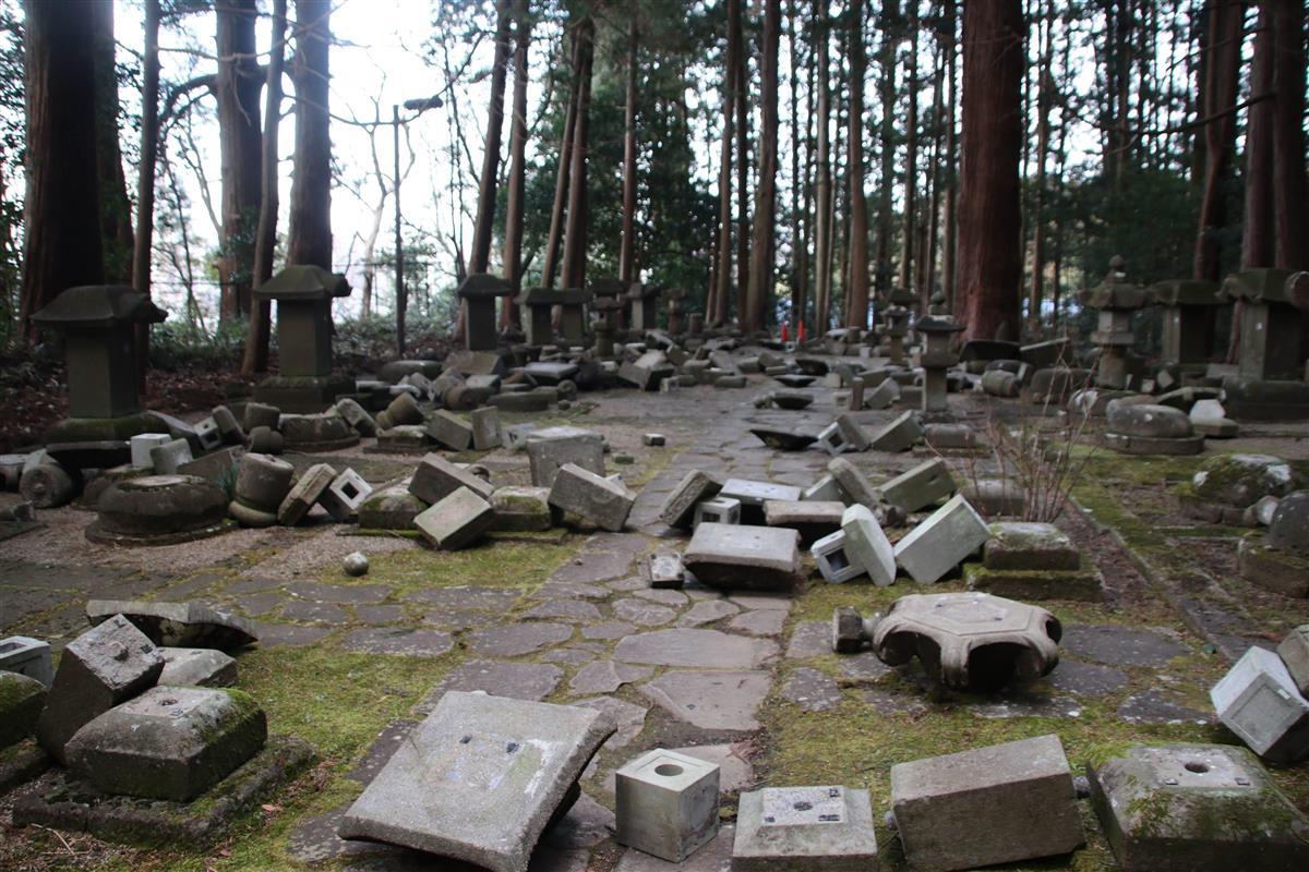 地震の揺れで倒壊した「瑞鳳殿」敷地内の墓石=14日、仙台市青葉区(塔野岡剛撮影)