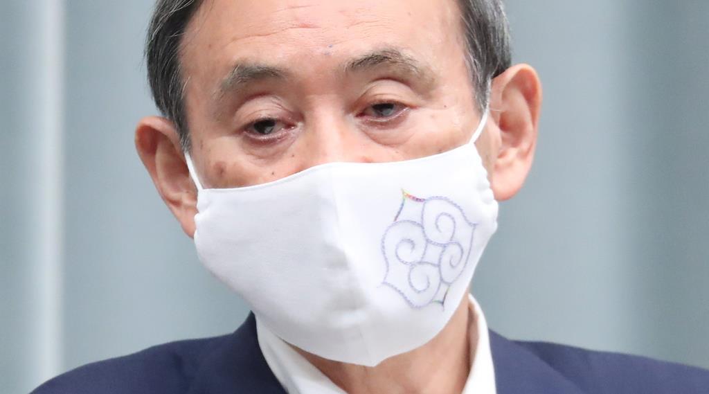 アイヌの魔除け紋様がデザインされたマスクを着け、会見に臨む菅義偉官房長官=7日、首相官邸(春名中撮影)