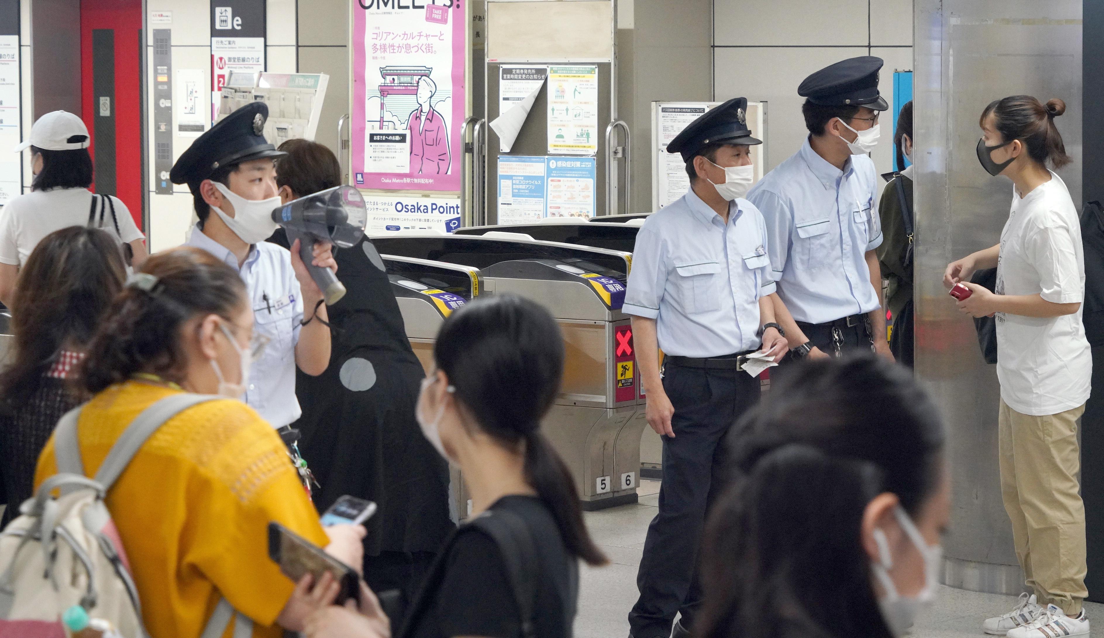 御堂筋線が運休し、乗客への対応に追われる大阪メトロなんば駅の駅員=10日午前、大阪市中央区(前川純一郎撮影)