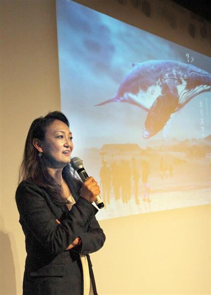 「クジラ映画」制作のイベントで、プレゼンテーションする佐々木芽生さん=4月7日、東京都内(佐々木正明撮影)