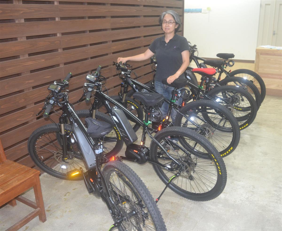 Eバイクが並ぶKMICH。奥は担当の瀬戸陽子さん=和歌山県上富田町