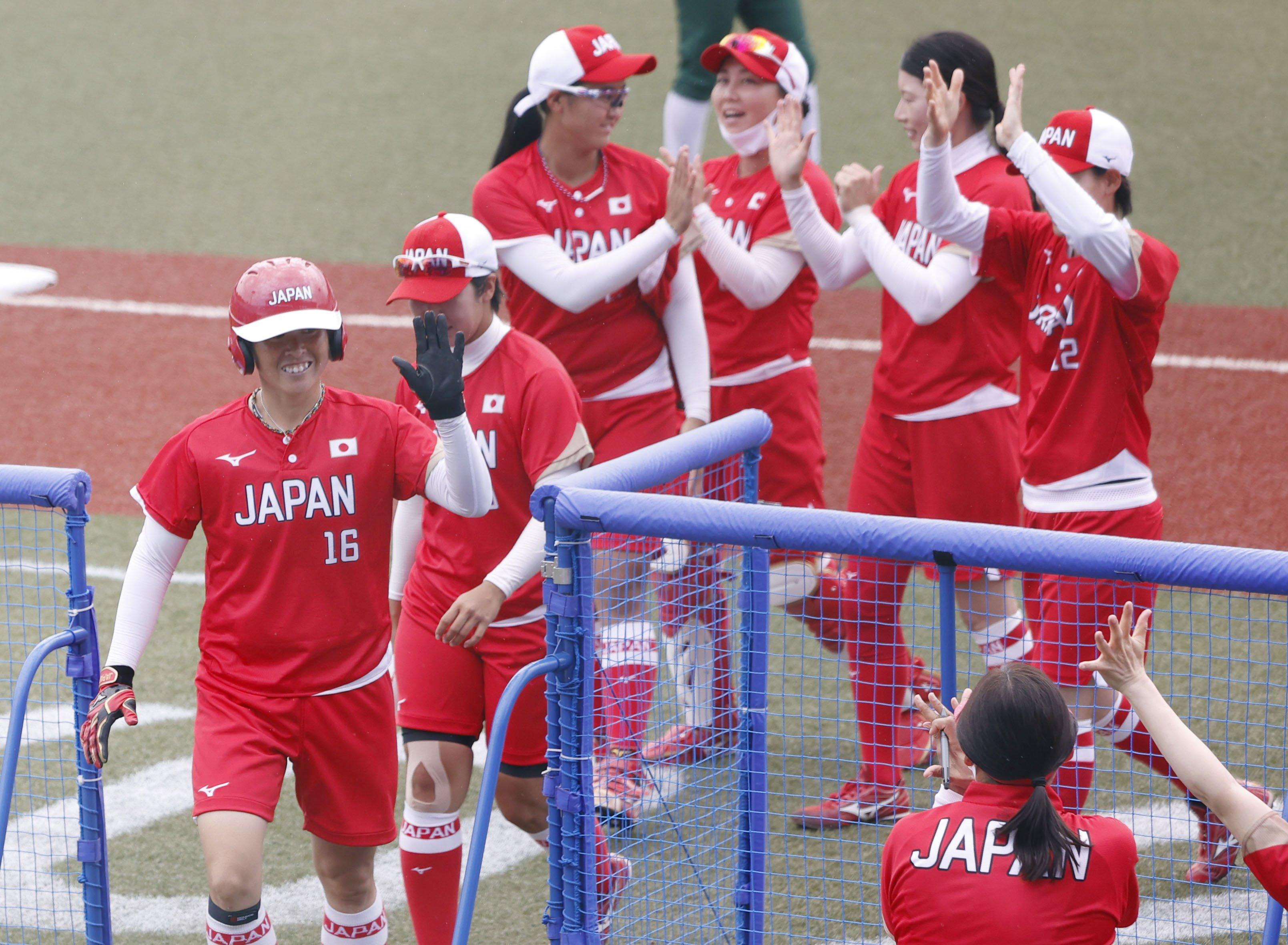 日本―メキシコ 2回、先制ソロを放ち、笑顔でナインに迎えられる藤田(左端)=福島県営あづま球場