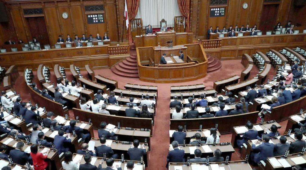 改正女性活躍推進法が賛成多数で可決・成立した参院本会議=29日午前、国会(春名中撮影)