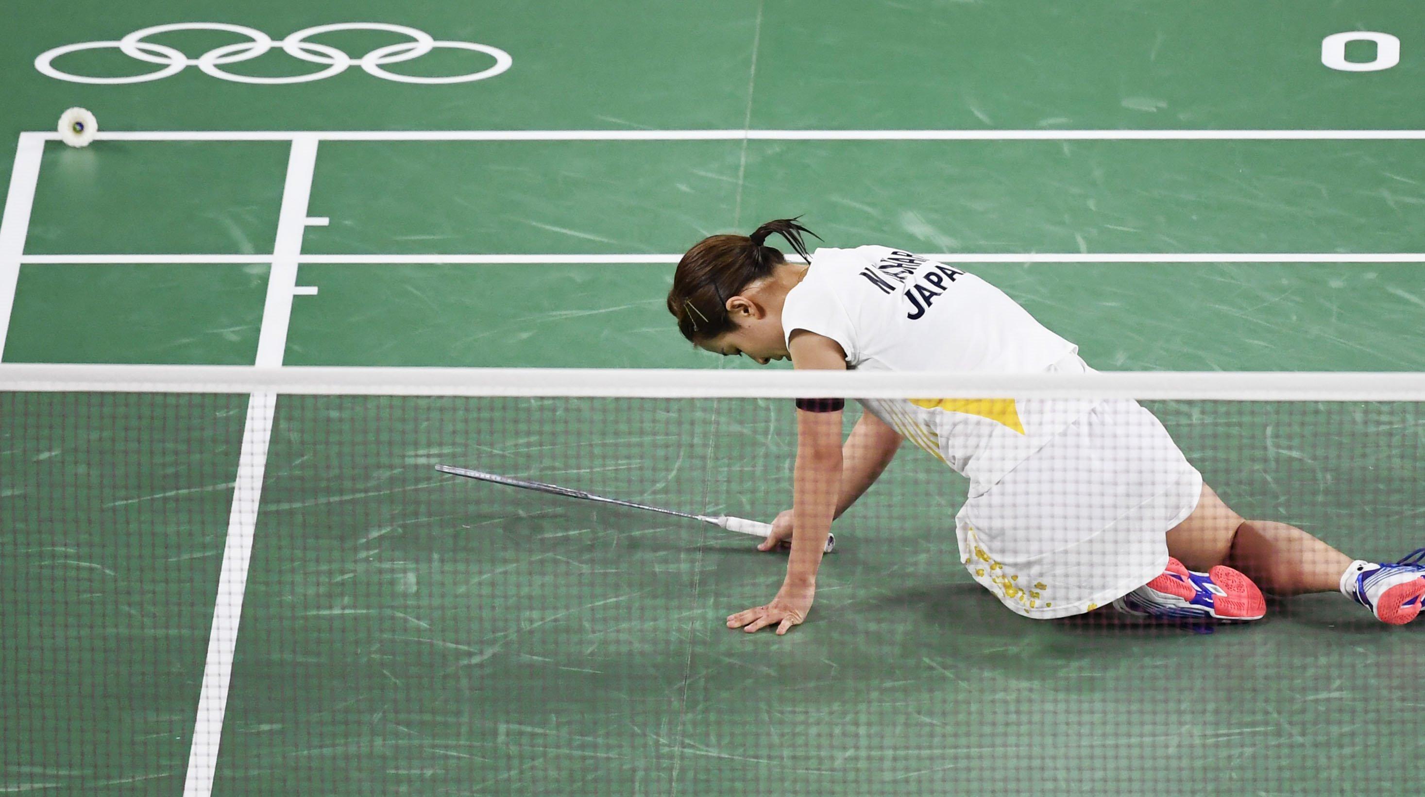 女子シングルス準々決勝 中国選手にポイントを奪われ座り込む奥原希望=武蔵野の森総合スポーツプラザ