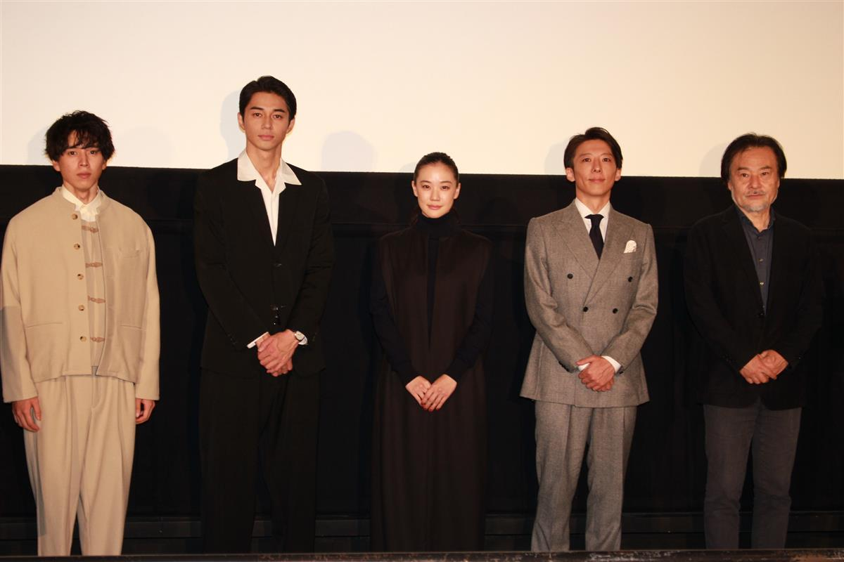 舞台あいさつに登壇した(左から)坂東、東出、蒼井、高橋、黒沢監督