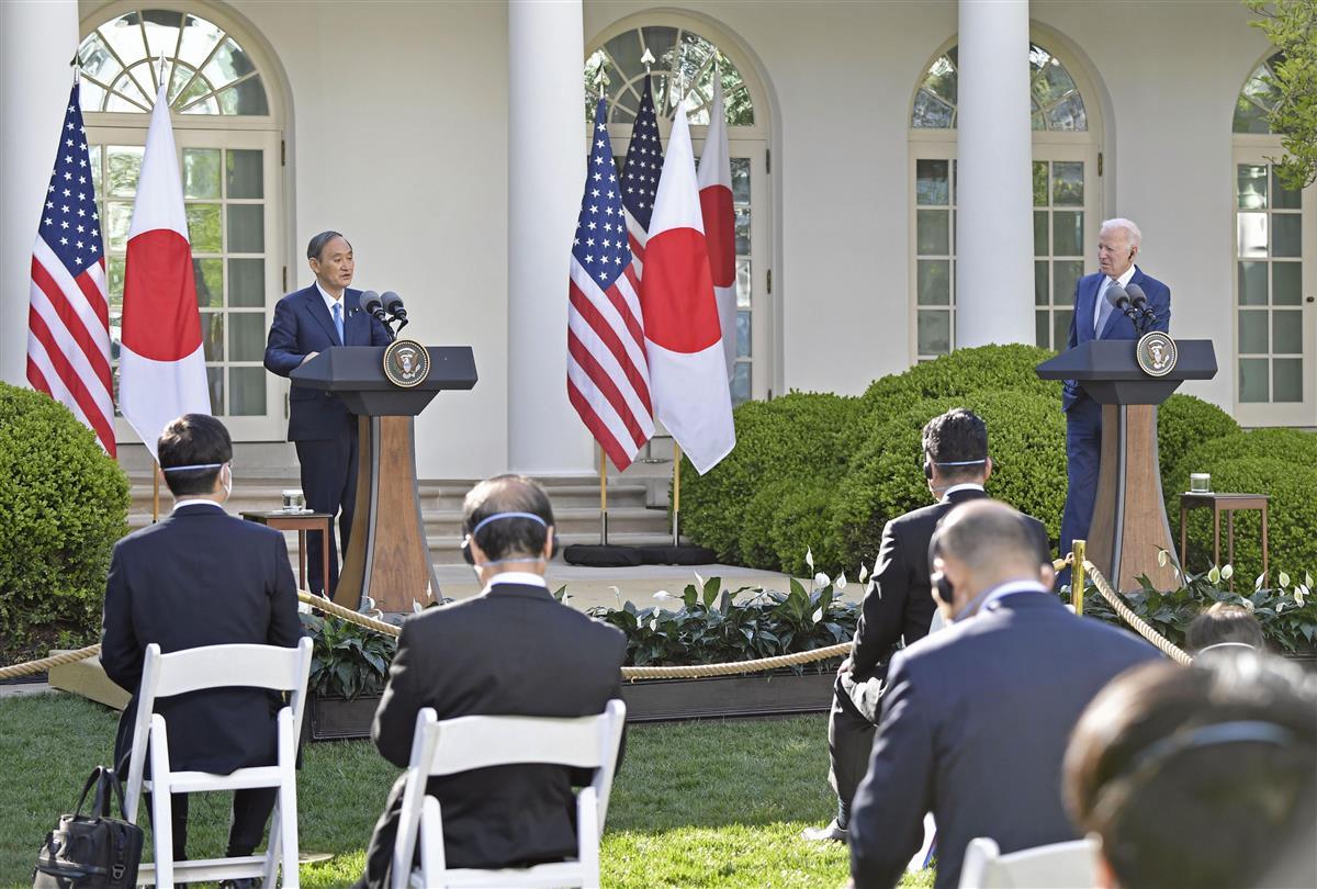 会談後、共同記者会見する菅首相(左)とバイデン米大統領=16日、ワシントンのホワイトハウス(共同)